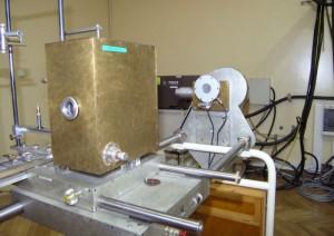 Komora wzorcowa na stanowisku pomiarowym promieniowania X w zakresie napięć rentgenowskich 10 kV ÷ 50 kV. komora jonizacyjna, połączona ze źródłem napięcia zasilania i urządzeniem do pomiaru ładunków jonizacyjnych oraz komora monitorowa z układem pomiarowym.
