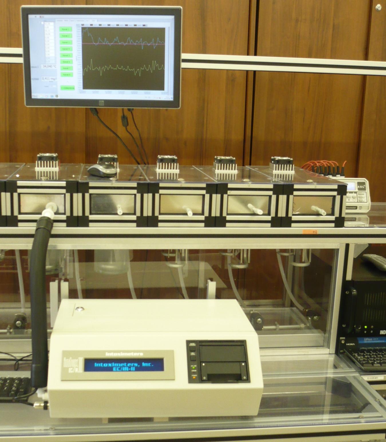 Na zdjęciu miniaturowym: porównania na stanowisku pomiarowym analizatorów wydechu