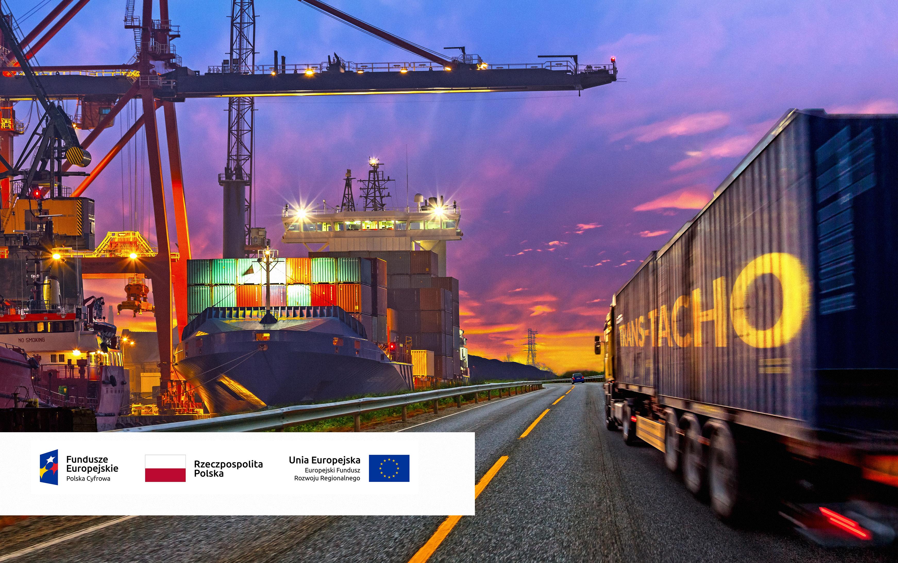 Trans-Tacho grafika projektu unijnego: Po prawej stronie zdjęcia TIR jadący drogą, na naczepie napis TRANS-TACHO, po lewej stronie dźwigi portowe, w lewym dolnym rogu logotypy: Fundusze Europejskie/Polska Cyfrowa, Rzeczpospolita Polska (flaga), Unia Europejska (flaga) Europejski Fundusz Rozwoju Regionalnego.
